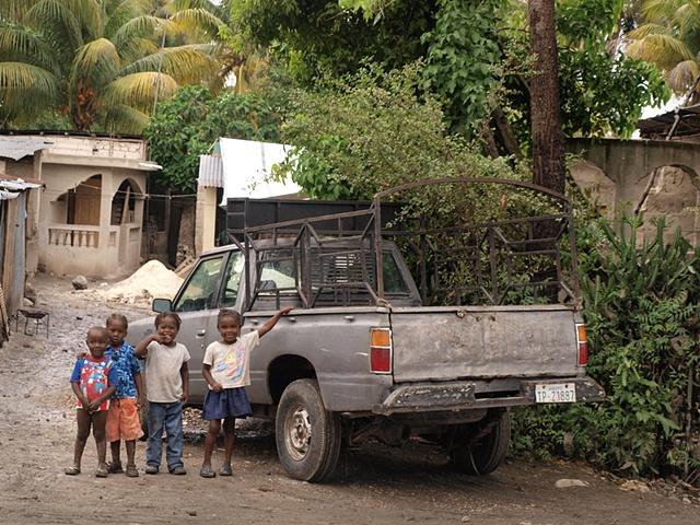 Children standing by a pickup truck Léogâne