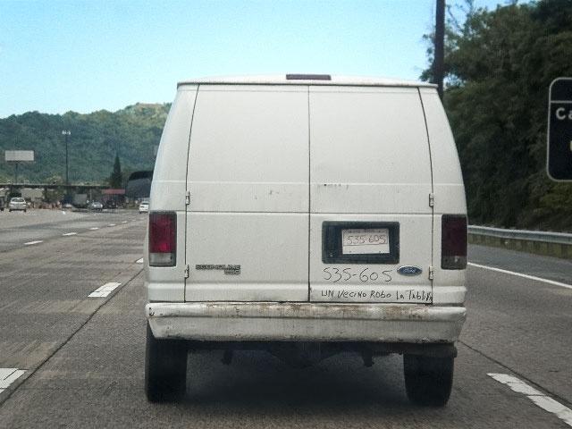Un vecino robó la tablilla (A neighbor stole the license plate) A random photo taken while driving