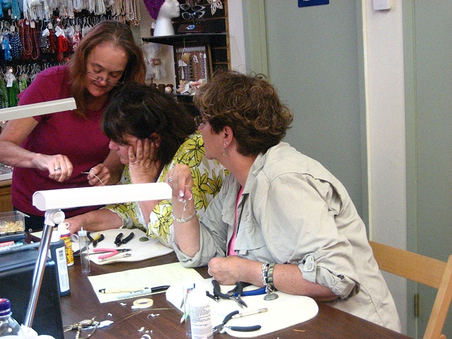 Kelly Plumb teaching wire wrap class for cabochons