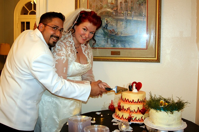 Kat & Joe cut the cake