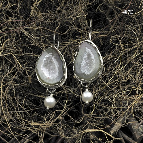 split geode drusy est in silver with pearls on silver ear wires ((#487E)