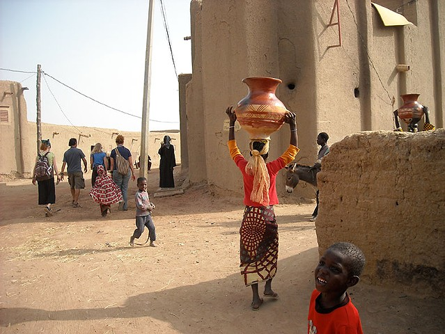 Carrying a Pot in Djenne