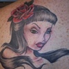Tatouage femme fleurs dans les cheveux