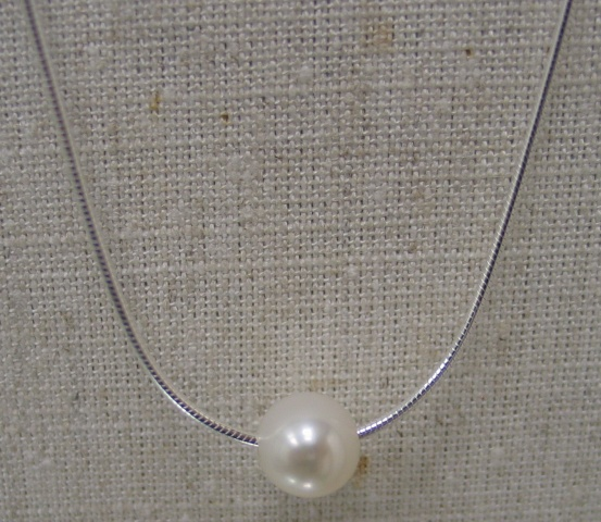 SINGLE PEARL ON SNAKE CHAIN