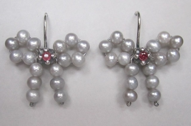 Bow Earrings in Light Grey Pearl with Rubies