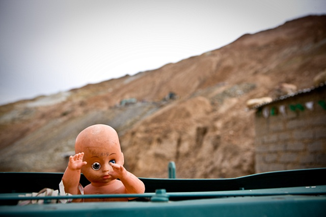 "A doll next to a ""bocamina"" (an entrance to a mine), it reads ""to die"" in its forehead."